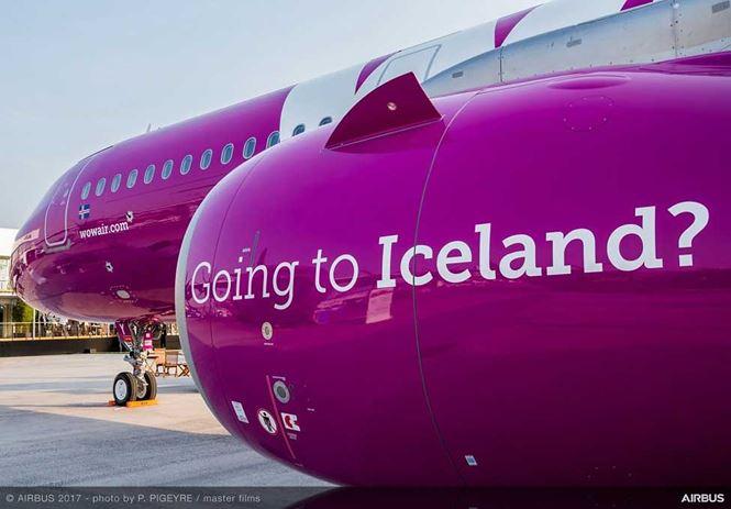 Chiếc máy bay của hãng Wow Air nổi bật trên nền trời với tông màu hồng tím trẻ trung và sôi nổi cùng với lời mời gọi tới vùng đất Iceland xinh đẹp.