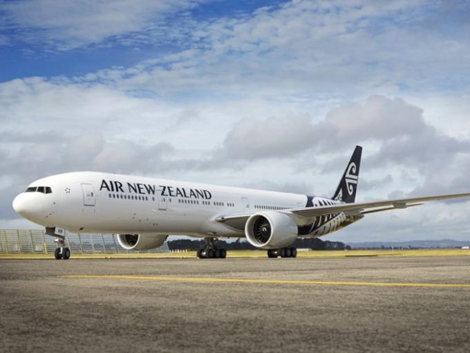 """Hãng Air New Zealand có thiết kế mạnh mẽ với hai màu đen trắng và biểu tượng """"koru"""" – lá cây dương xỉ chưa mở - biểu tượng nghệ thuật, văn hóa Māori của đất nước New Zealand, tượng trưng cho cuộc sống, sự đổi mới và hy vọng vào tương lai."""
