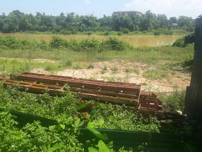 Sắt thép bị bỏ nhiều tháng nay tại khu vực phường Trưng Vương, TP Thái Nguyên.