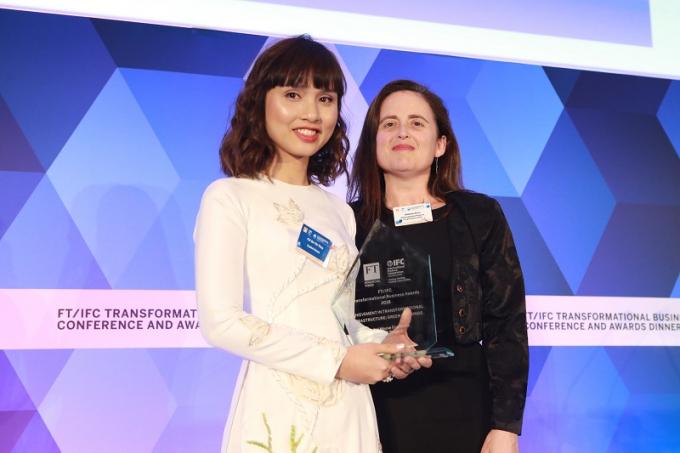 Bà Đỗ Thùy Chi – Phó Chủ tịch HĐQT Capital House lên nhận Giải thưởng Transformational Business Awards
