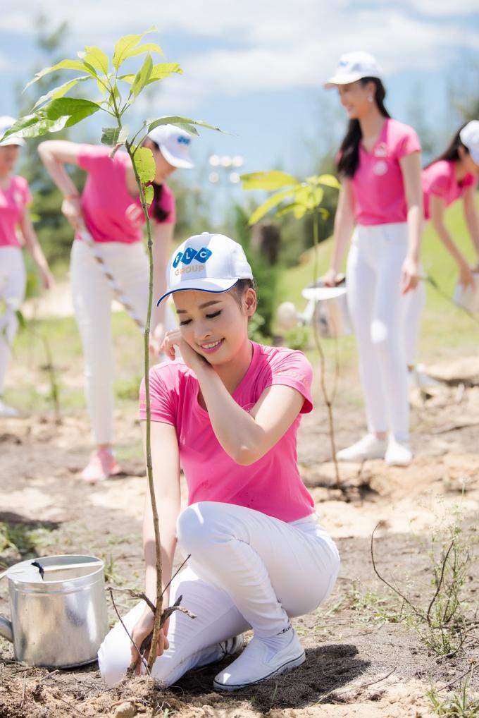 Các cô gái sôi nổi đào đất, trồng cây, tưới nước để các cây non có thể phát triển tốt nhất giữa những cồn cát ngập tràn ánh nắng.