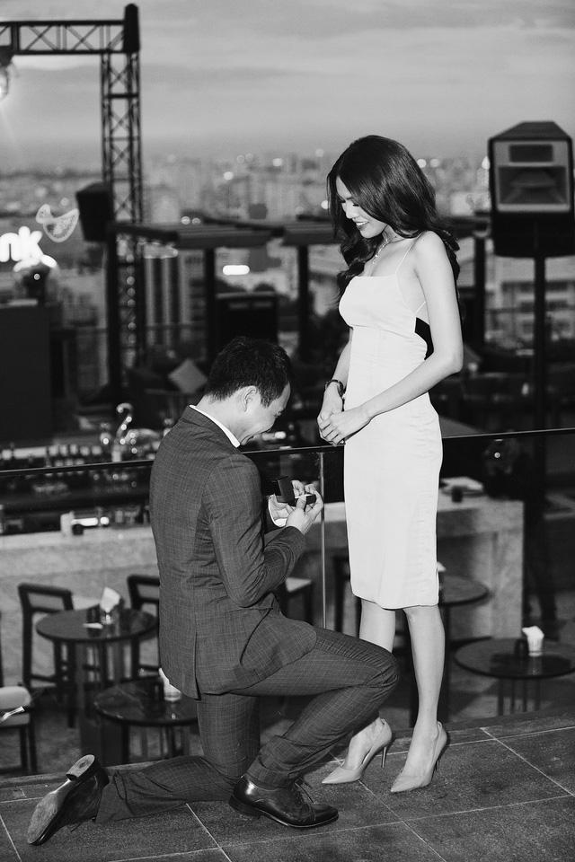 Trước đó, theo một số nguồn tin, Lan Khuê sẽ kết hôn cùng doanh nhân John Tuấn Nguyễn. Tuy nhiên, phía siêu mẫu vẫn chưa lên tiếng về tin đồn này cho đến khi cô bất ngờ nhận được lời cầu hôn vào tối nay.