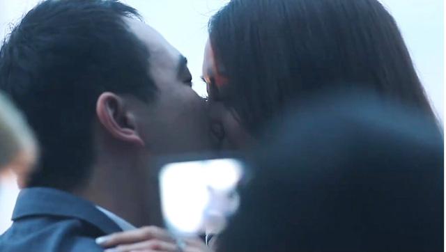 Cả hai trao cho nhau nụ hôn say đắm khi đánh dấu cột mốc quan trọng trong cuộc sống