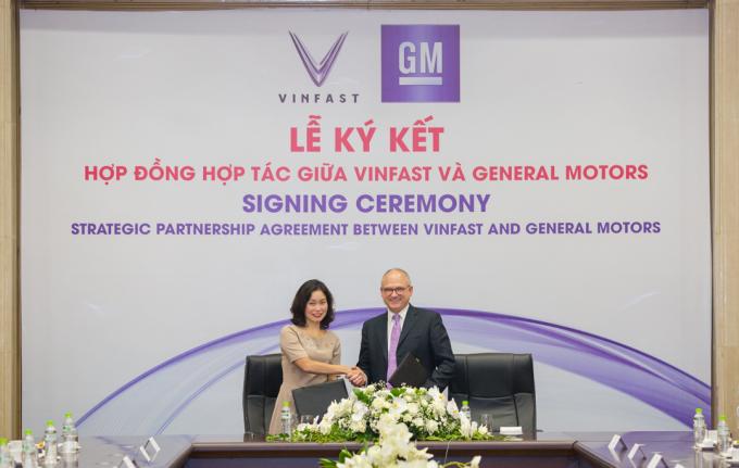 Bà Lê Thị Thu Thủy – Phó Chủ tịch Vingroup kiêm Chủ tịch Vinfast vàông Barry Engle, Phó Chủ tịch điều hành kiêm Chủ tịch GM quốc tếký hợp đồng hợp tác chiến lược tại thị trường Việt Nam.