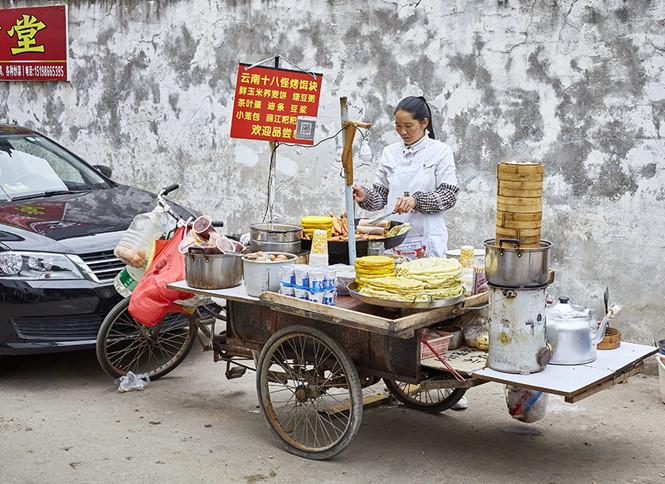 Người bán hàng rong ở Trung Quốc vẫn có thể nhận thanh toán bằng mã QR code  ẢNH: SHUTTERSTOCK