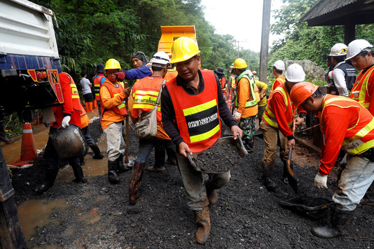 Lực lượng cứu hộ tại hang Tham Luang. Ảnh: Reuters