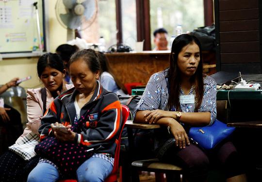 Người nhà chờ đợi gần hang Tham Luang hôm 3-7. Ảnh: Reuters