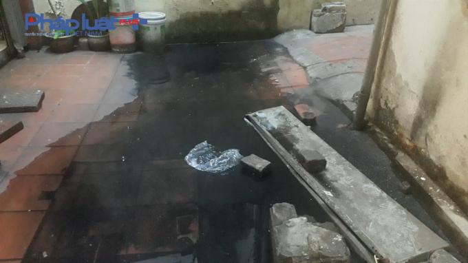 Nước cống thường xuyên dâng cao khiến cho khu tập thể B5 Vĩnh Hồ bị ô nhiễm môi trường.