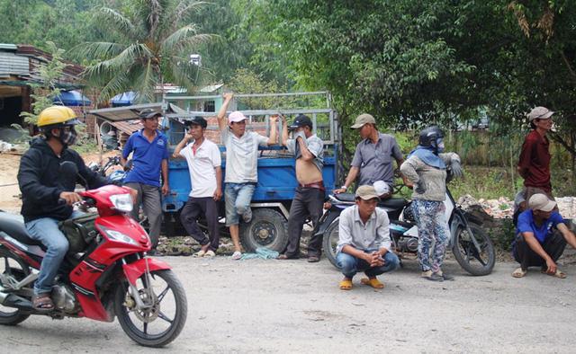 Người dân bức xúc chặn xe, còn cánh tài xế thì khốn đốn vì xe đứng bánh nhiều giờ đồng hồ.
