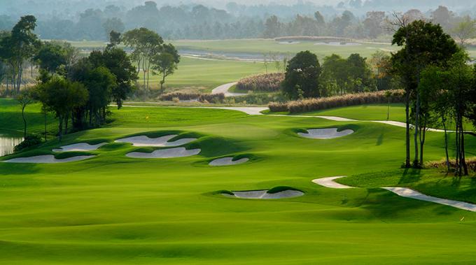 Những hố golf của sân cũng rất đa dạng với sự sắp xếp khéo léo giữa các hố ngắn và dài xen kẽ nhau. Trong đó, cứ mỗi 9 hố thì lại có 2 hố Par 5, 2 hố Par 3 và 5 hố Par 4. Một điểm đáng lưu ý nữa tại sân Vinpearl Golf Nam Hội An là những bẫy nước được thiết kế tinh tế, đòi hỏi gôn thủ phải tính toán về khoảng cách, vị trí khi thực hiện các cú đánh lên green.