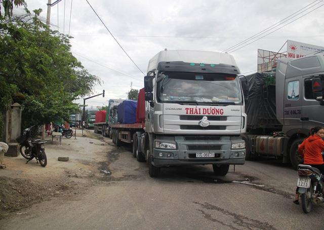 Nhiều xe tải phải đậu dọc quốc lộ 1 đoạn qua phường Bùi Thị Xuân.