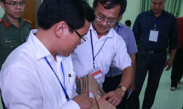 Ông Nguyễn Quang Vinh, Tổ trưởng tổ chấm trắc nghiệm Hội đồng thi tỉnh Hòa Bình (giữa) báo cáo với Tổ công tác Bộ GD-ĐT kiểm tra công tác chấm thi tại tỉnh Hòa Bình đầu tháng 7/2018.