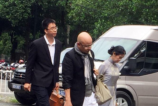 Ông Đặng Lê Nguyên Vũ cùng luật sư đến tòa sáng nay 3/8.