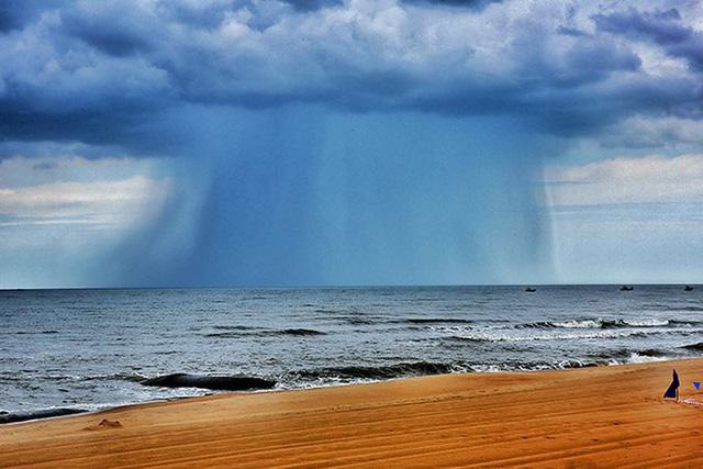 Đám mây lạ nhìn hung dữ như vòi rồng xuất hiện trên biển ở Bà Rịa-Vũng Tàu. Ảnh TPO.