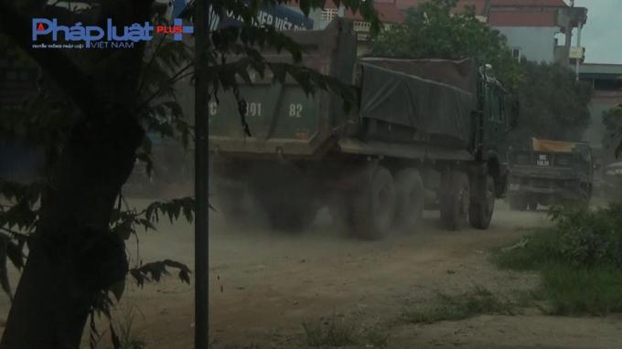 Một chiếc xe tải chạy mù mịt từ tuyến đường 295 huyện Tân Yên đi ra Quốc lộ 37.