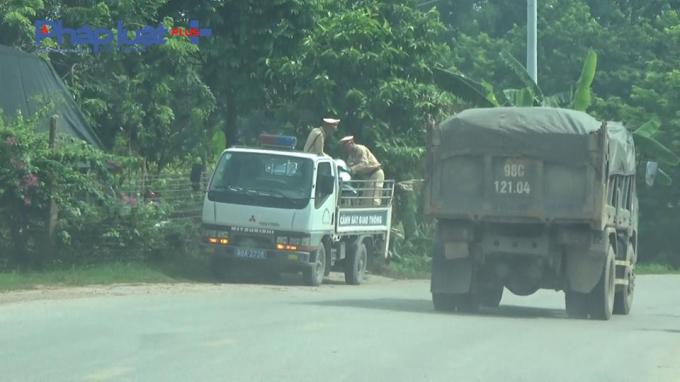 Xe cơi nới thành thùng có dấu hiệu quá tải thông chốt CSGT huyện Hiệp Hòa một cách nhẹ nhàng. Ảnh chụp ngày 7/8/2018.