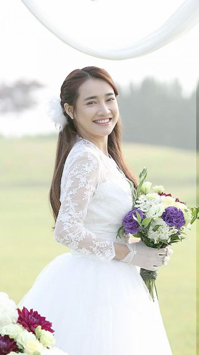 Nhiều người còn tỏ ra vô cùng háo hức cũng như tò mò về bộ ảnh cưới của cặp đôi.