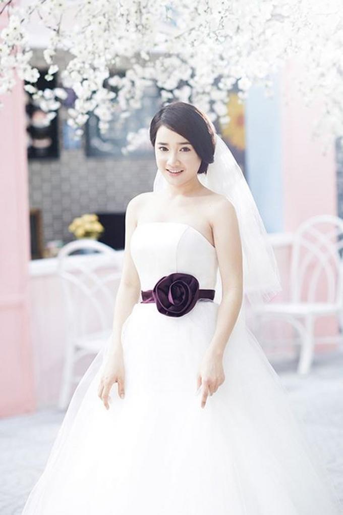 Thậm chí có thời điểm khi hình ảnh mặc váy cô dâu của nữ diễn viên 'Tuổi thanh xuân' xuất hiện, nhiều người còn cho rằng cô và danh hài xứ Quảng khi ấy đã chuẩn bị kết hôn.