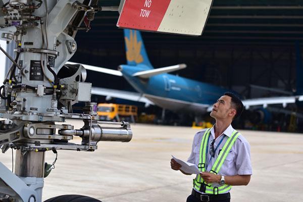 Anh Thọ kiểm tra kỹ thuật máy bay trước khi đưa vào khai thác