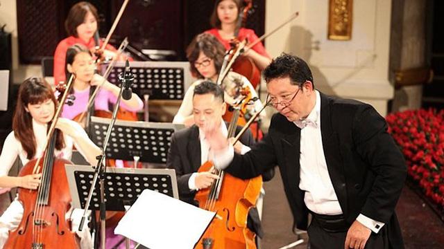 Nhạc trưởng Lê Phi Phi chỉ huy dàn nhạc.