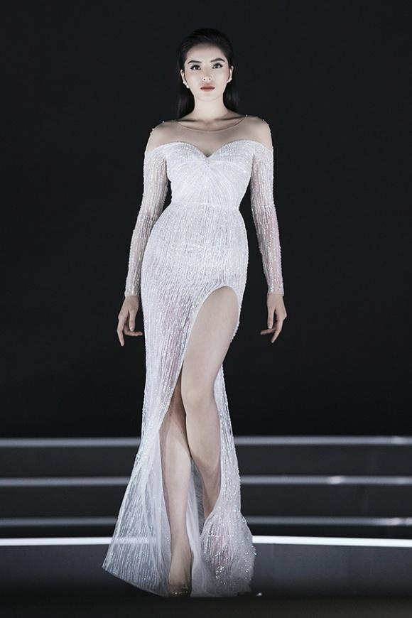 Chiếc váy xẻ cao ánh bạc làm tôn lên thân hình đồng hồ cát của người đẹp.