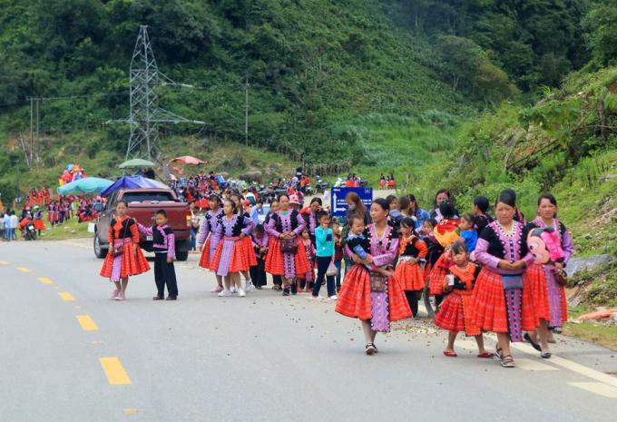Đây dịp để già trẻ, gái trai trong các thôn bản diện những bộ quần áo dân tộc thật đẹp để gặp gỡ và đi chơi Tết.(Ảnh: Ngọc Hà/TTXVN)