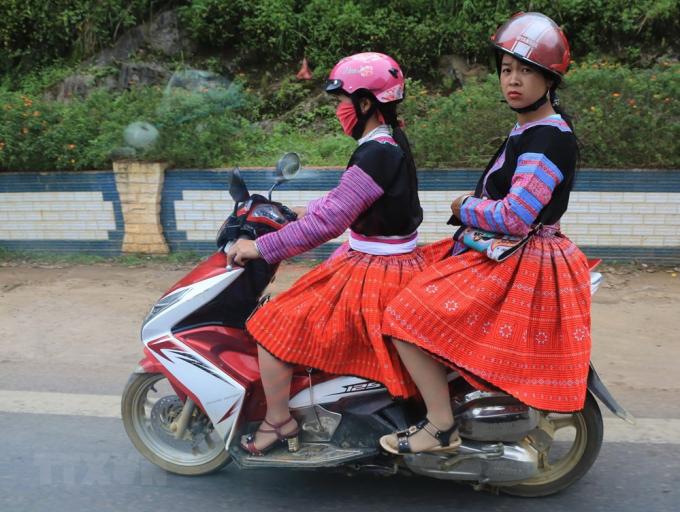 Phụ nữ Hmông với sắc màu rực rỡ đến các điểm vui chơi ngày Tết Độc lập tại huyện Vân Hồ. (Ảnh: Ngọc Hà/TTXVN)