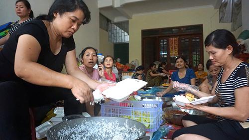 Điểm nấu cơm thiện nguyện ở thôn Cửa Hà, xã Cẩm Phong có hàng chục người chung tay phục vụ. Ảnh:Lê Hoàng.