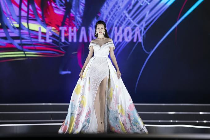 Một chiếc đầm khác có đuôi xòe với hoa văn ấn tượng của NTK Lê Thanh Hòa.