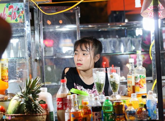 Đến khu phố, du khách sẽ được thưởng thức các món ăn, đồ uống mang đặc trưng xứ Quảng như sửa bắp Hội An, Mỳ Quảng, Cao Lầu...