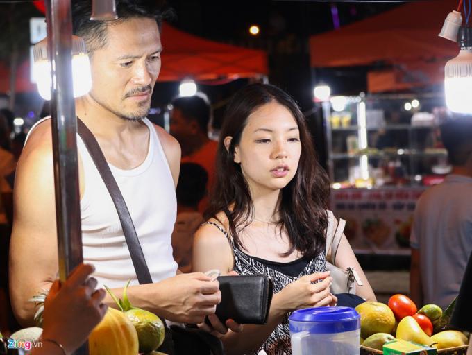 Cặp tình nhân người nước ngoài cho biết họ đã nhiều lần đến Việt Nam để du lịch. Theo đánh giá của 2 người, Đà Nẵng rất đẹp nhưng đang thiếu mô hình vui chơi về đêm.