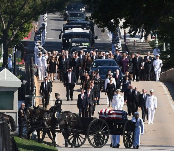 Linh cữu ông McCain được đưa tới nghĩa trang. (Ảnh: Reuters)