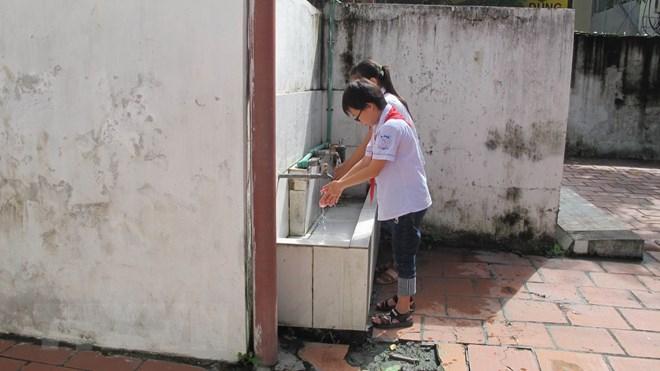 Học sinh trường Tiểu học Lê Hồng Phong, thành phố Ninh Bình (tỉnh Ninh Bình) phải sử dụng nhà vệ sinh xuống cấp. (Ảnh: Hải Yến/TTXVN)