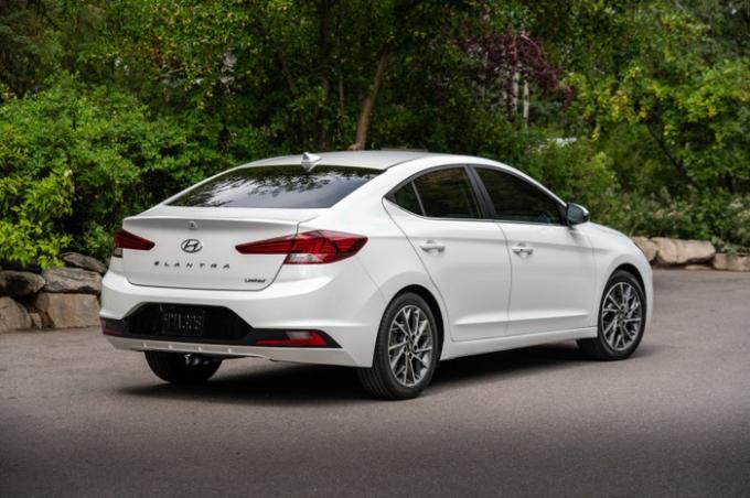 Hyundai Elantra thế hệ mới được thiết kế thể thao và hướng đến các khách hàng trẻ hơn