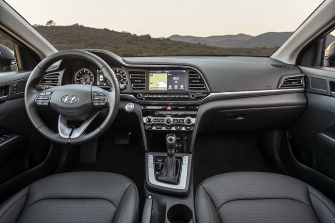 Khoang nội thất đặc trưng của Hyundai trên mẫu Elantra 2019