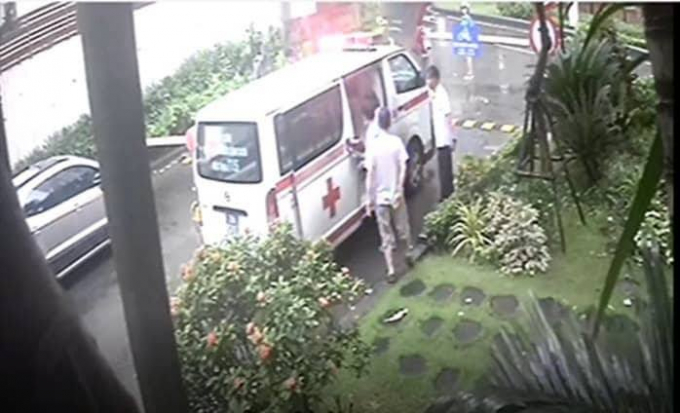 Xe cứu thương đã bị bảo vệ chặn