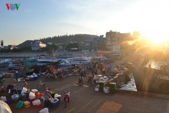 Phiên chợ cá nằm tại cảng cá Lý Sơn. Chợ họp từ sáng tinh mơ khi mặt trời vừa lên và kéo dài đến 7h sáng hàng ngày. Những ngày biển động thì chợ cá cũng tạm dừng buôn bán.