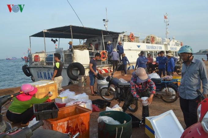 Hải sản sau khi được cung cấp về các chợ trên đảo, thì một phần cũng được chuyển vào đất liền đưa đi tiêu thụ khắp mọi nơi./.