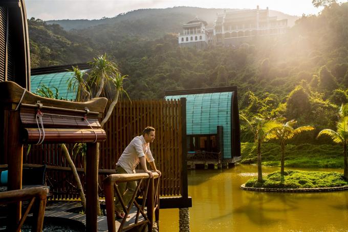 """Mỗi chi tiết nhỏ trong khu nghỉ dưỡng đều được chăm chút tỉ mỉ từ ý tưởng cho tới thi công để làm nên một """"phần mới"""" của bán đảo Sơn Trà, hài hòa, tiệp với thiên nhiên nơi đây. Như tại HARNN Heritage Spa này, bạn sẽ được tận hưởng trải nghiệm spa ở một đẳng cấp hoàn toàn khác biệt trong không gian cởi mở với thiên nhiên khó có được ở bất cứ nơi nào khác"""
