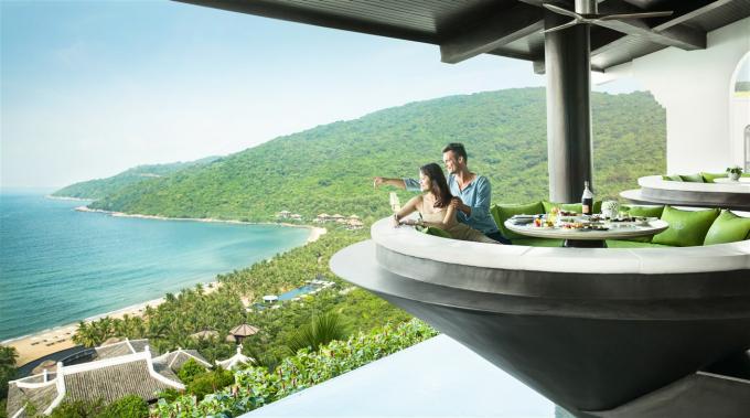 """Mọi thứ ở khu nghỉ dưỡng này cứ như được sinh ra từ thiên nhiên, nuôi dưỡng bởi núi rừng Sơn Trà. Bởi vậy, không khó hiểu khi trong lễ trao giải World Travel Awards (WTA) 2018 khu vực châu Á và châu Đại Dương vừa qua tại Hong Kong, InterContinental Danang Sun Peninsula Resort soán ngôi vị quán quân 4 năm liên tiếp của khu nghỉ dưỡng Mission Hills Shenzhenm (Trung Quốc) và vượt qua 7 ứng viên hàng đầu châu lục khác để trở thành """"Khu nghỉ dưỡng thân thiện với thiên nhiên nhất châu Á 2018""""."""