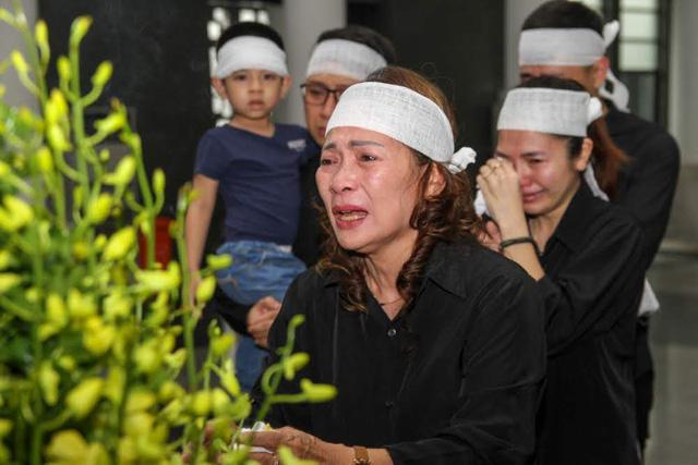 Vợ cùng các con của đạo diễn Phạm Đông Hồng khóc nấc trước linh cữu của ông.