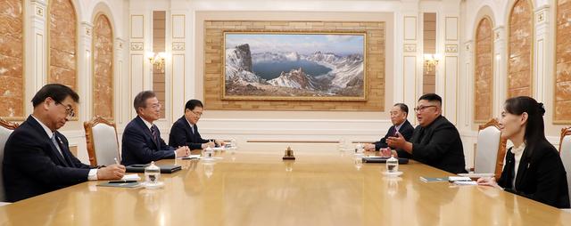 """Ông Kim cũng nói với ông Moon rằng ông cảm thấy rất tiếc vì đã không tiếp đãi ông Moon một cách đủ trang trọng khi Tổng thống Hàn Quốc sang phía bên kia làng Bàn Môn Điếm ở biên giới liên Triều trong cuộc gặp thượng đỉnh lần thứ 2 hồi tháng 5. """"Vì vậy, chúng tôi đã chờ tới ngày hôm nay và làm mọi thứ tốt nhất có thể cho sự kiện lần này. Sự chuẩn bị này có thể khá sơ sài nhưng tôi hy vọng ngài sẽ chấp nhận tấm lòng của chúng tôi"""", ông Kim khiêm nhường nói. Trong ảnh: Hai bên bắt đầu trao đổi. Phái đoàn Triều Tiên có sự xuất hiện của cô Kim Yo-jong, em gái ông Kim Jong-un."""