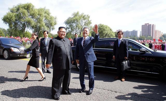 """Ông Moon là Tổng thống Hàn Quốc thứ 3 tới thăm Bình Nhưỡng. Ông kêu gọi các bên cần phải nỗ lực hơn nữa vì mục tiêu phi hạt nhân hóa bán đảo. """"Tôi cảm thấy gánh nặng và trách nhiệm rất lớn"""", ông Moon nói với ông Kim. Hai nhà lãnh đạo đã bắt đầu gặp mặt vào buổi chiều ngày 18/9 tại trụ sở của Ủy ban Trung ương đảng Lao động Triều Tiên. Đây là lần đầu tiên một nhà lãnh đạo Triều Tiên mời một lãnh đạo nước ngoài tới trụ sở này."""