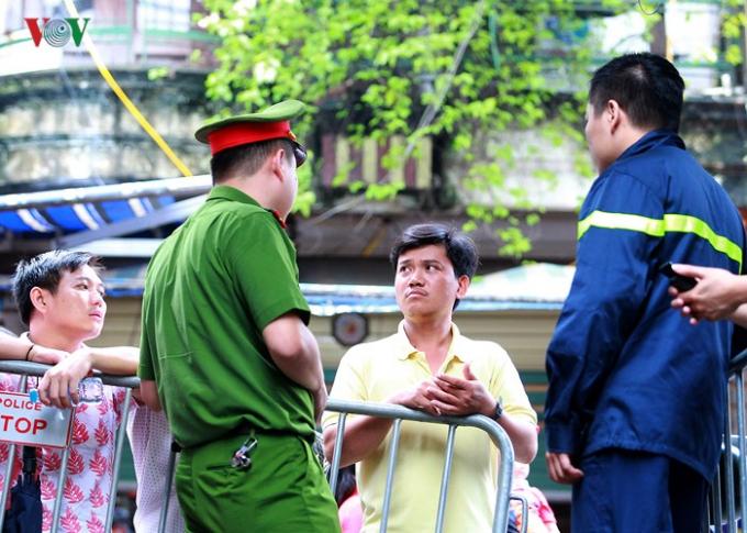 Sau vụ cháy gần Bệnh viện Nhi Trung ương trên đường Đê La Thành (Hà Nội) vào chiều ngày 17/9, mọi lối ra vào hiện trường đượclực lượng công an bảo vệ nghiêm ngặt.Không ai được ra vào nếu không có nhiệm vụ.