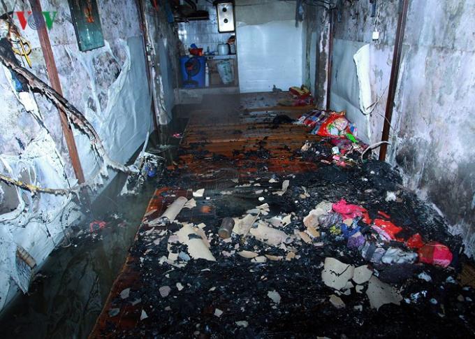 Phòng trọ ngổn ngang sau vụ cháy.