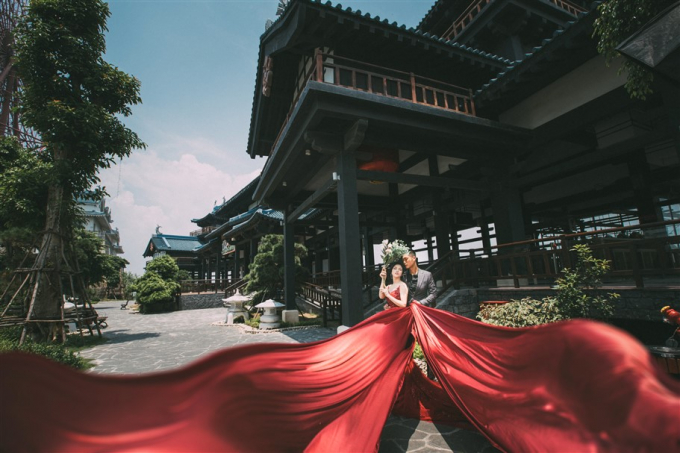 Bao quanh Vườn Nhật xanh rì là tòa lâu đài đồ sộ, cổ kính mô phỏng kiến trúc của thành Edo, kiến trúc đặc trưng của đất nước Nhật Bản. Không gian này khiến những bức hình cưới cứ như thể được chụp tại xứ sở Phù Tang.
