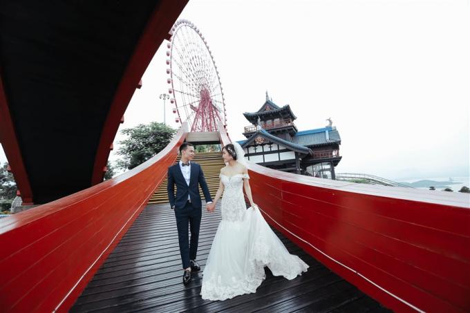 Sắc đỏ của cây cầu Koi khiến nó như thể sinh ra để trở thành phông nền hoàn hảo cho những chiếc váy cưới trắng tinh khôi của cô dâu và bộ vest đen lịch lãm của chú rể.