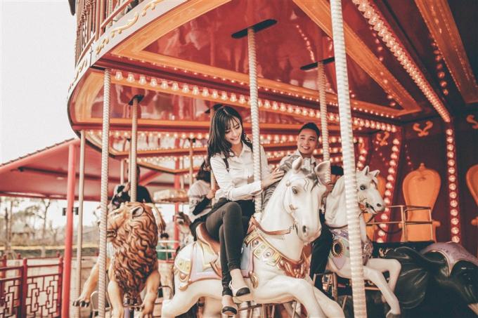 Vòng quay ngựa gỗ tại công viên chủ đề Dragon Park lại đưa nàng và chàng vào thế giới cổ tích thần tiên, diệu kỳ. Rất nhiều cặp đôi chọn nơi đây để ghi hình tái hiện những tháng ngày yêu đương lãng mạn.