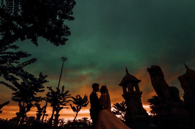 """Lối kiến trúc Chăm Pa đặc sắc giữa khung cảnh khoáng đạt của Sun World Halong Park tại địa điểm này như có phép thuật, khi tạo nên những bức ảnh sang trọng cực """"tây"""", lúc biến hóa ra những tấm hình huyền bí, ấn tượng tựa như đôi tình nhân lạc đến một miền đất ma mị nào đó."""