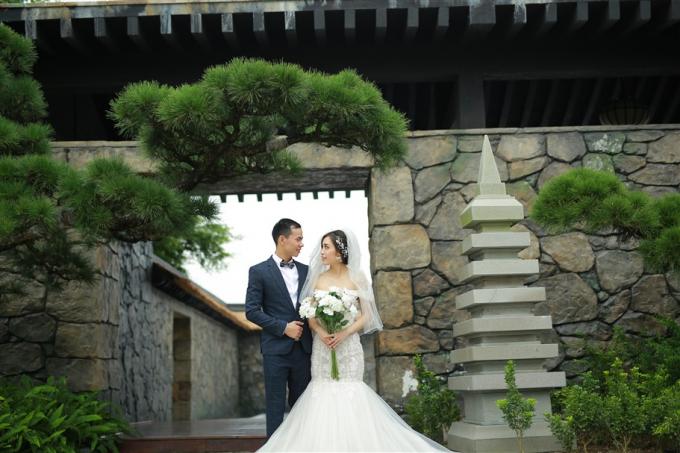 Trong bộ váy trắng tinh khôi, giữa không gian xanh mướt của những tán hắc tùng nổi bật trên nền đá xám và màu gỗ mun đặc trưng của xứ Phù Tang, trao nhau cái nhìn trìu mến, cùng tận hưởng khoảnh khắc hạnh phúc tràn đầy và ghi lại những bức ảnh đẹp như mơ.